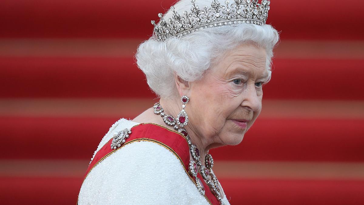 """Kraliçe Elizabeth """"The Crown""""ı İzledi mi?"""