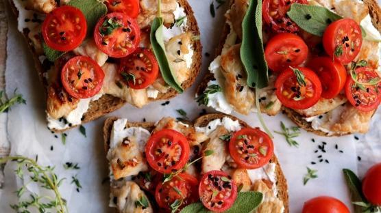Keçi Peyniri & Hindi Soteli Ekmeküstleri
