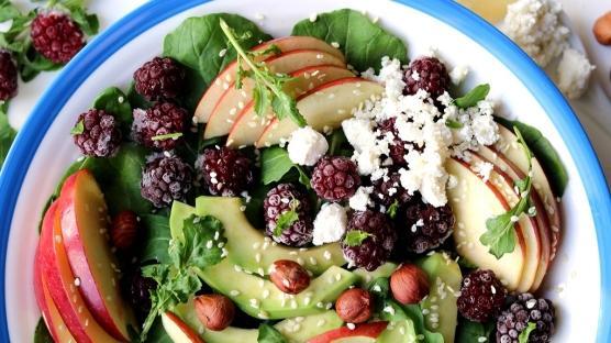 Böğürtlen, Elma & Avokadolu Roka Salatası Tarifi