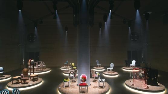 Dior'un Madalyon Sandalyelerine Çağdaş Sanat Yorumu